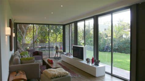 hidden tv in front of window using a nexus 21 tv lift sch 246 ne einrichtungsideen f 252 r wohnzimmer mit fernseher