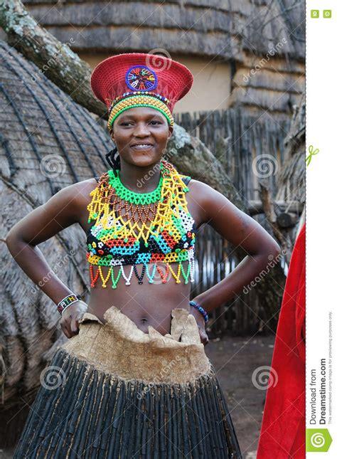 Femme De Zoulou Portant L'habillement Fait Main Au Village