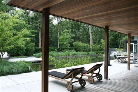 tuin met vijver vlonder en overkapping keramische tegels voorbeelden van tuinoverkappingen