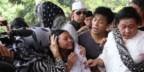 anak ariel noah menangis histeris  pemakaman  kakek