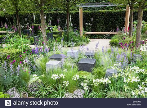 pergola avec banc de jardin pergola photos pergola images alamy