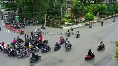 Cctv Kudus ngeri kecelakaan mobil vs motor di kudus terekam cctv 21 desember 2017