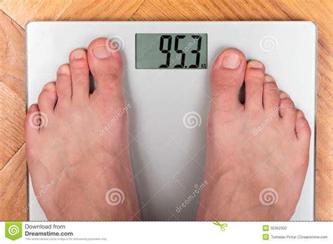 Bathroom Designers 在体重计的脚 图库摄影 图片 32352302