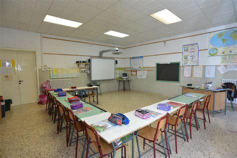 banchi scuola elementare trova figlio disabile chiuso in aula lager 200 polemica