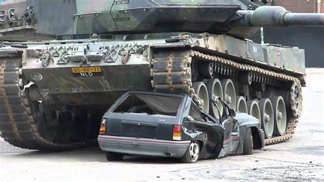 Auto Tanken by Auto Overeden Door Tank