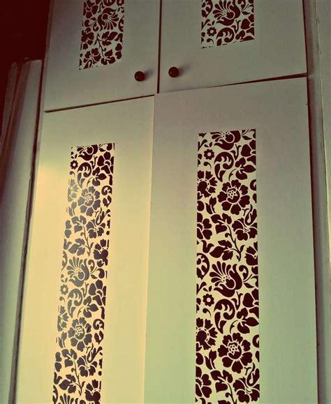rivestire ante armadio con carta da parati decorare un armadio con la carta da parati foto design mag