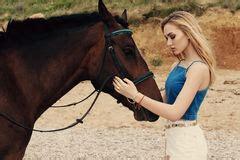 donna bionda con il cavallo immagine stock immagine donna e cavallo nero foto stock 2 405 donna e cavallo