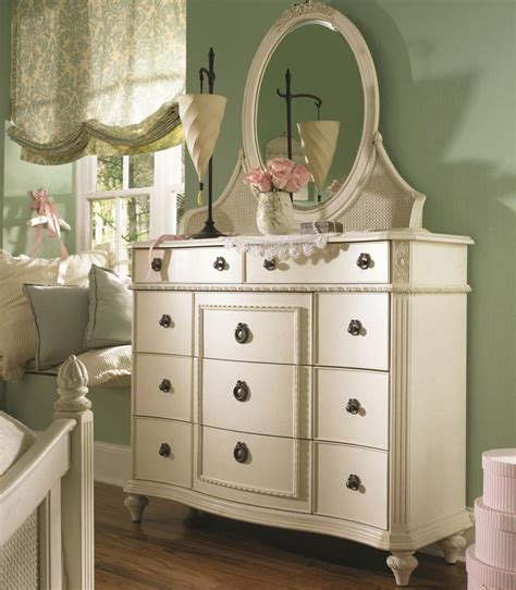 bedroom bureaus love this style dresser and window shade 2nd bedroom
