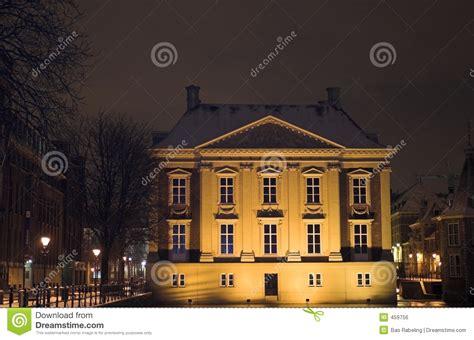 akkoordverklaring vrije locatie den haag mauritshuis die de hofvijver in den haag bij nacht wordt gezien die door sneeuw wordt