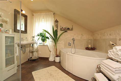bad im landhausstil so findest du die richtigen badezimmerm 246 bel