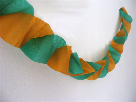 como se hacen las cadenas con papel crepe decoraci 243 n para fiestas guirnalda cl 225 sica manualidades
