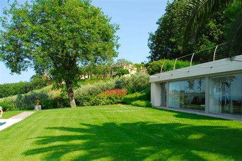 esempi di giardini privati esempio di elementi non invasivi in armonia con la