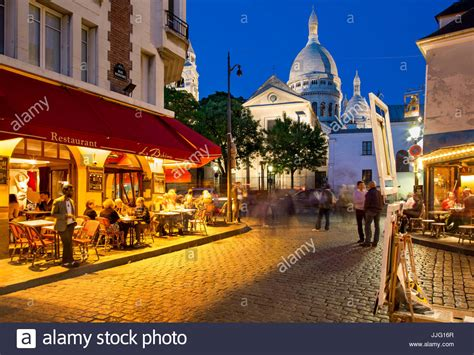 libro montmartre pariss village of evening at place du tertre in village of montmartre paris stock photo royalty free image