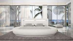 lit rond varys en cuir avec luminaire int 233 gr 233 aux formes