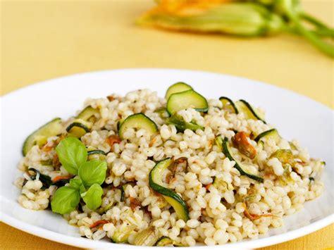 ricette con fiori di zucchine orzotto con zucchine e fiori di zucca sale pepe