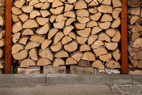 lagerung kaminholz holz lagern im freien brennholz lagern bild im keller