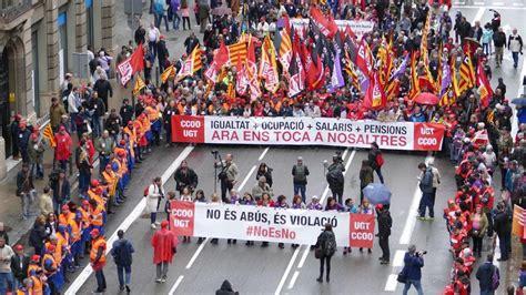 cabecera manifestacion barcelona primero de mayo en barcelona con lluvia