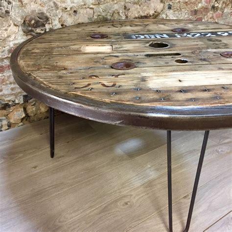 table industrielle ronde en touret en bois avec cerclage