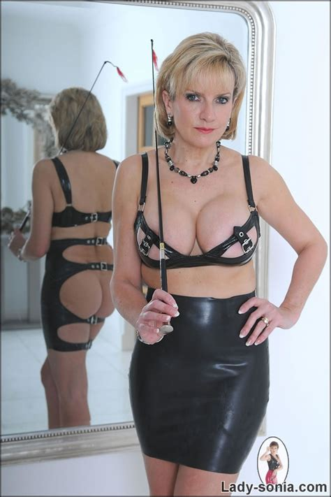 Lady Sonia Mature Long Legged Latex Mistress Posing With A Whip Pichunter