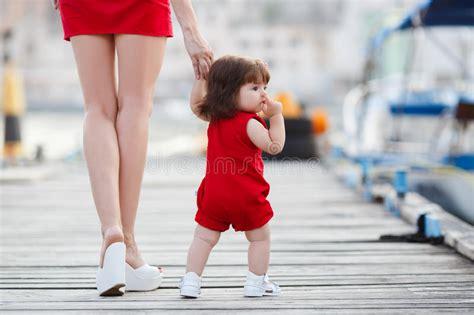 mama caliente mama ensea a su hija de 12 aos como la madre ense 241 a a la peque 241 a hija a caminar solamente foto