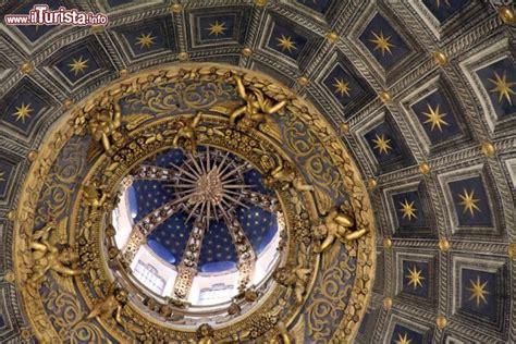 interno duomo di siena interno della cattedrale di siena la cupola foto siena