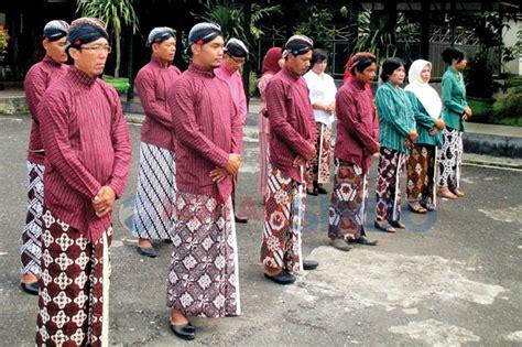 Mau Gaul Mau Sukses Pakai mau jadi pns di yogya harus terbiasa pakai baju adat 389122