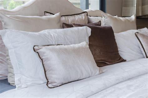 stock cuscini cuscini sul letto in da letto moderna fotografia