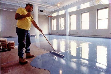 come livellare un pavimento come posare un pavimento in cemento con impasto