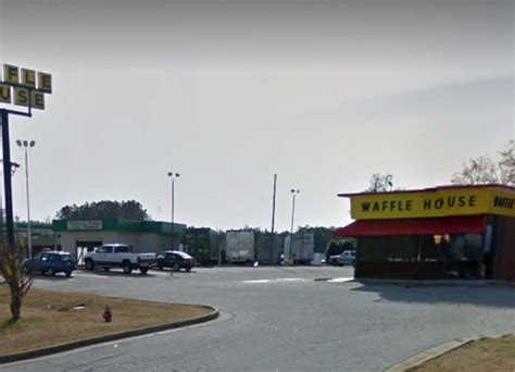 Waffle House Newnan Ga by Pulls Dine And Dash At Waffle House The