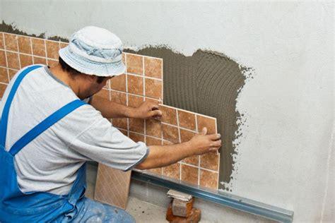 come mettere le piastrelle al muro come avviene la messa in posa delle piastrelle in ceramica