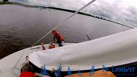 zeilboot omslaan zeil surfschool de lauwer omslaan met een polyvalk