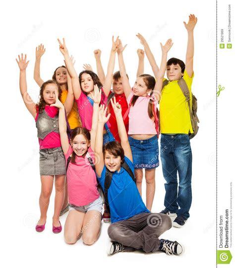 imagenes graciosas levantando la mano gruppo di bambini felici che sollevano le mani immagine