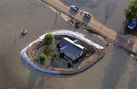 Levees at work against Mississippi flood