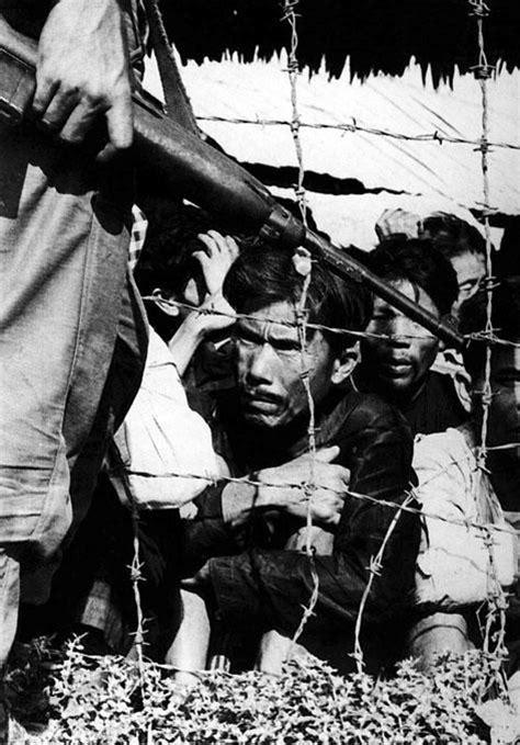 Pulitzer Prize For History Also Search For 1965 Horst Faas Associated Press La Guerre Du Photo 2 Prisonnier Derri 232 Re