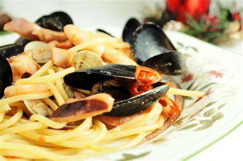 come cucinare i frutti di mare spaghetti ai frutti di mare la ricetta di un primo piatto