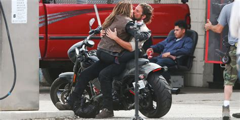 laste ned filmer a star is born 2018 lady gaga and bradley cooper kiss while filming a star is