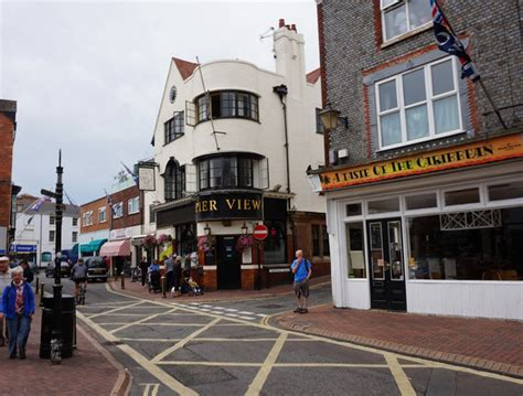 pier view cowes the pier view on the high street cowes 169 ian s cc by sa 2