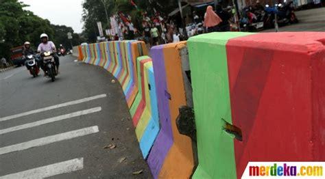 foto warna warni pemisah jalan  kawasan pasar minggu