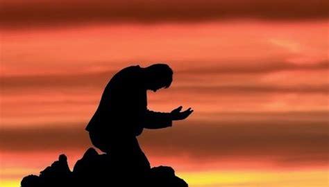 imagenes de hombres orando de rodillas investigaci 243 n revela principales motivos de oraci 243 n de