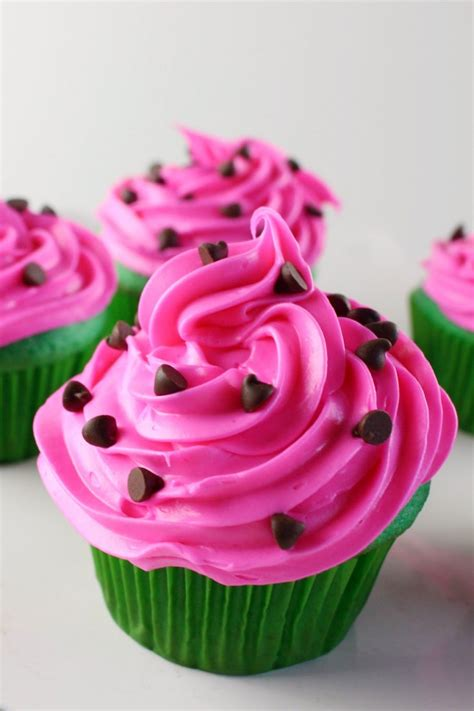 these watermelon cupcakes would be perfect for a picnic a collapsible watermelon cupcakes life love liz