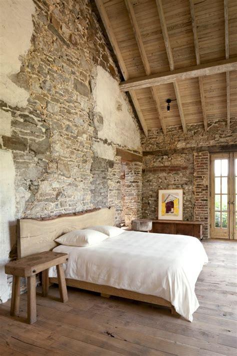 Beau Chambre Avec Mur En Pierre #1: 1-jolie-chambre-a-coucher-avec-mur-de-pierre-et-sol-en-parquet-clair-et-plafond-sous-pente-en-bois.jpg