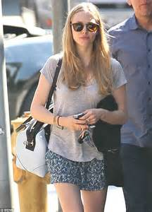 strumming pattern little house amanda seyfried amanda seyfried flutters out into the sun and puts her