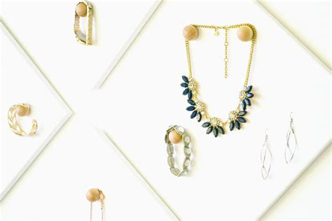 diy jewelry display canvases