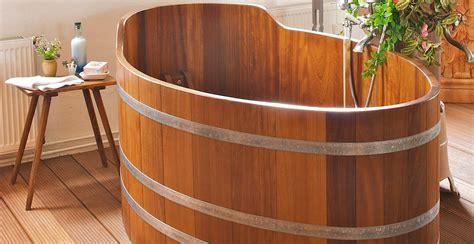 salle de bain avec baignoire balneo baignoire en bois ambiance nordique westwing