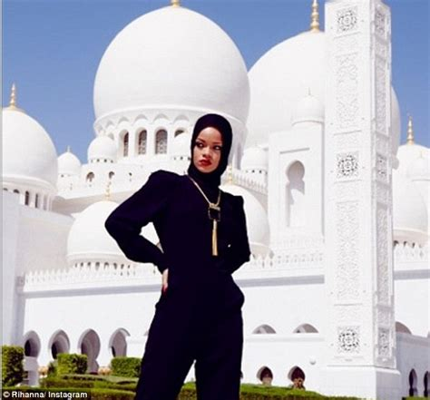 Mousque Drees rihanna asked to leave abu dhabi mosque daily mail