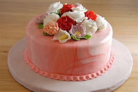 Cake Decorating Fondant Flowers by Fondant Flowers On A Fondant Covered Vanilla Cake