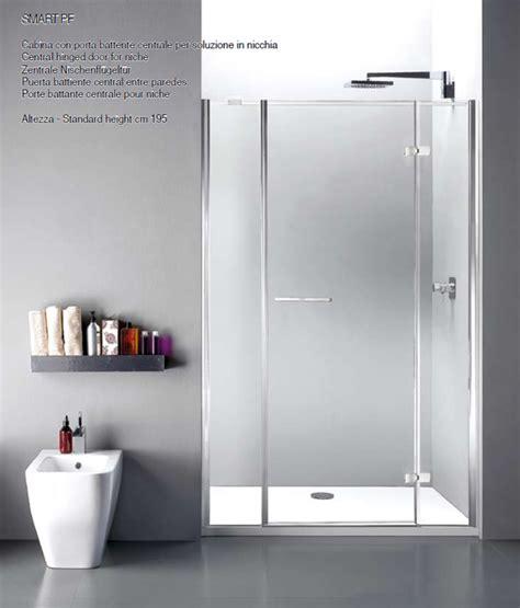 la doccia una cabina per la doccia dalle linee pulite ed essenziali