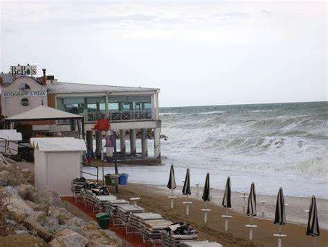 chalet mauro porto recanati le mareggiate continuano a portare via la spiaggia