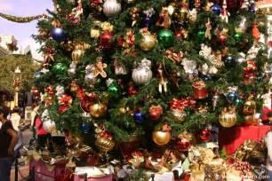 christmas decorations photos christmas decorations at the disneyland resort img 8608