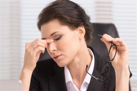 mal di testa e bruciore agli occhi affaticamento visivo astenopia cause segni sintomi e